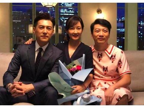 靳东穿西装拍戏,与牛莉合影超绅士,李佳老公一如既往帅气