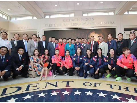 国乒与美国队合照纪念中美建交40周年,刘诗雯两张合影都处c位!