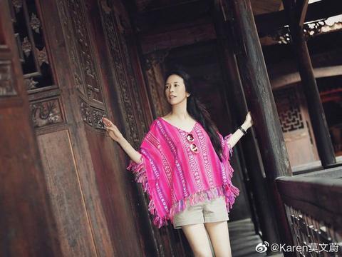 49岁莫文蔚一身粉衣游古城,素颜好状态长腿超抢镜