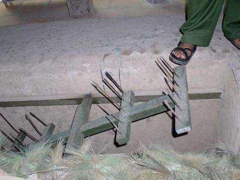 为防止我军进攻,越军布置一陷阱太阴险,解放军用钢板轻松解决
