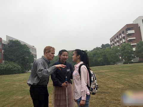 女大学生眼盲心不盲,495分通过英语六级考试,想考研做心理专家