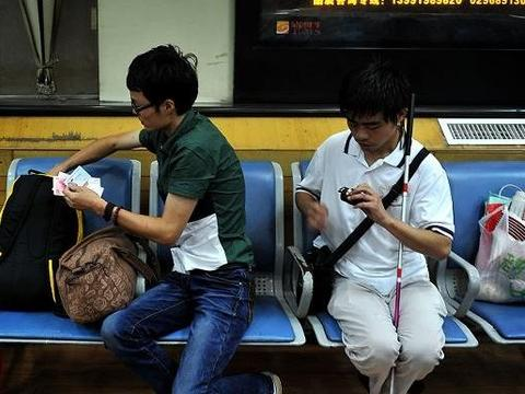 女孩赶火车落下录取通知书