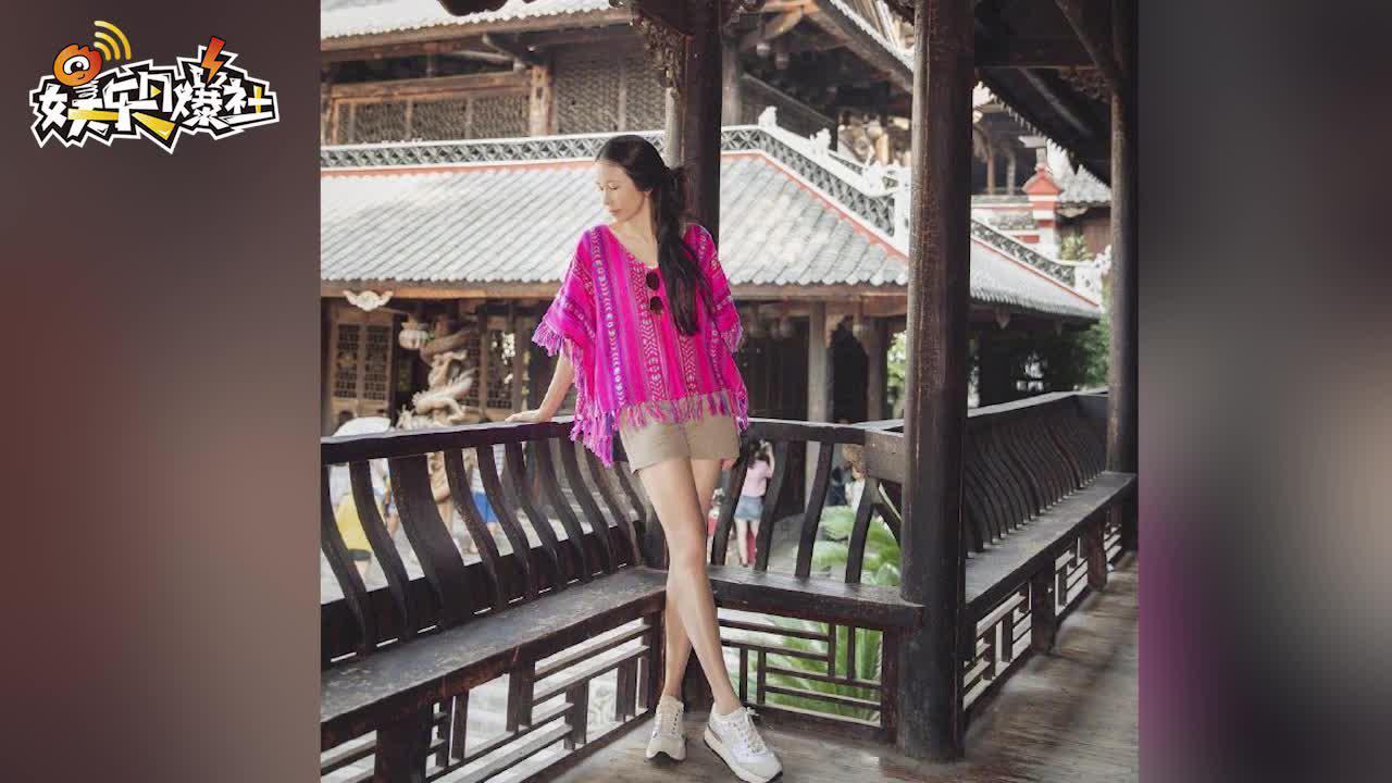 视频:49岁莫文蔚粉衣游古城 素颜状态好长腿太抢镜