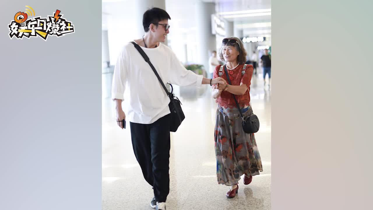 """视频:遭遇最强迷妹!贾乃亮与阿姨粉握手竟""""难舍难分""""害羞甜笑场面逗乐"""