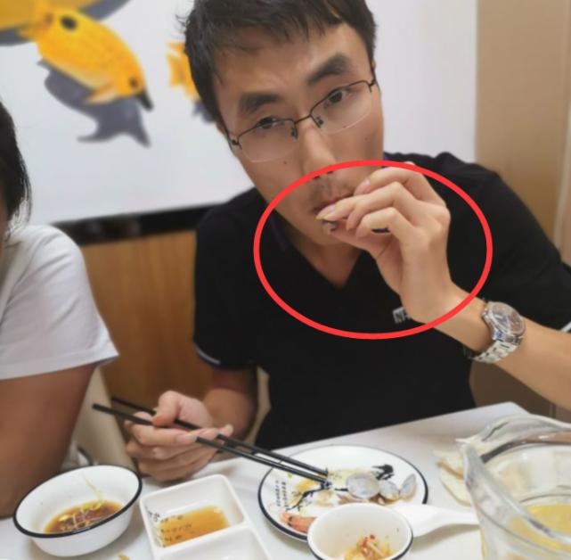 河南小伙打卡网红炒钉螺,看到南方人的吃法,直呼:功底太深厚
