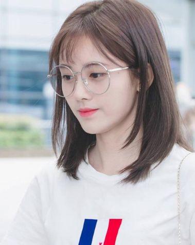 当女星戴上眼镜后,鞠婧祎、杨超越已经够美了,不料杀出个刘亦菲