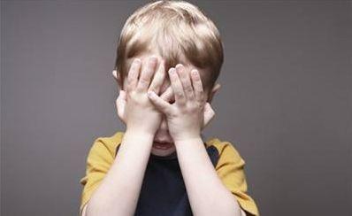 孩子犯错了,不能光靠打骂的方法去纠错,委婉的引导教育很重要