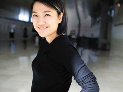 她留学海外,入美国国籍,在国内获利无数,却给美国捐款六亿