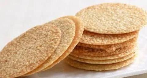 好吃的芝麻薄饼自己在家就可以做,做法简单,吃着好吃又营养