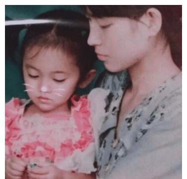 鞠婧祎妈妈年轻时照片被曝,两人像复制粘贴,难怪小鞠不承认整容