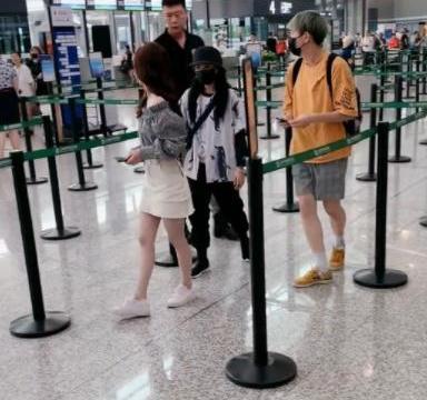 鞠婧祎低调现身机场,发量引起热议,网友:这是戴了假发吗?