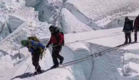 珠穆朗玛峰上的梯子叫啥?到底是何人带上去的?看完你就有答案了