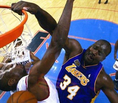 为何说在NBA千万不要试图隔扣奥尼尔,看了卡特遭遇你就懂