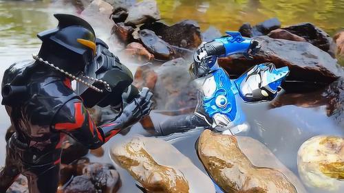 布鲁奥特曼在河里玩漂流掉进水里被石头压住,贝利亚拍照发朋友圈