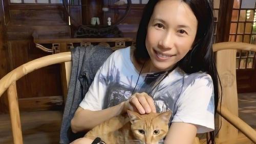 莫文蔚晒与小猫咪合照,自称莫猫队长,网友:不如猫系列