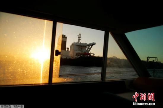 """资料图:图为当地时间8月18日,直布罗陀拒绝美国继续扣押伊朗油轮的要求,此前被扣押的""""格蕾丝一号""""已启航驶离直布罗陀。"""