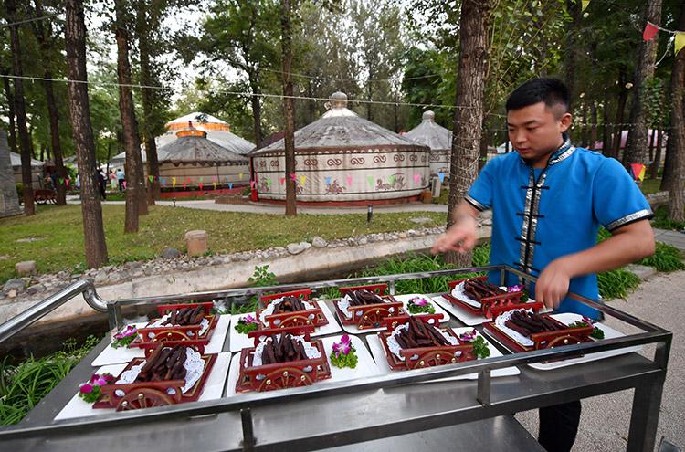 蒙古经济引来八方老饕客歌舞美食繁荣大兴夜美食不夜城都什么好吃草原的中东有图片