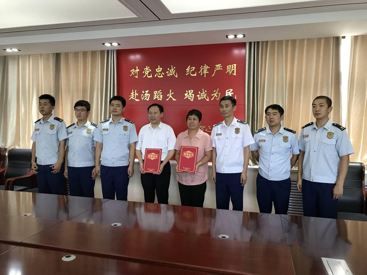 """一起包顿饺子,孟凡珍、王四姣夫妇被聘为""""消防宣传大使"""""""