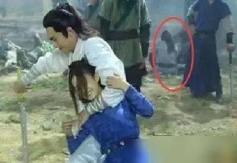 《楚乔传》赵丽颖和林更新的一段打戏,后面的群演也太搞笑了