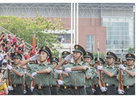 广州一中学上演军训汇演 三军国防生表演军体拳、劈枪队列