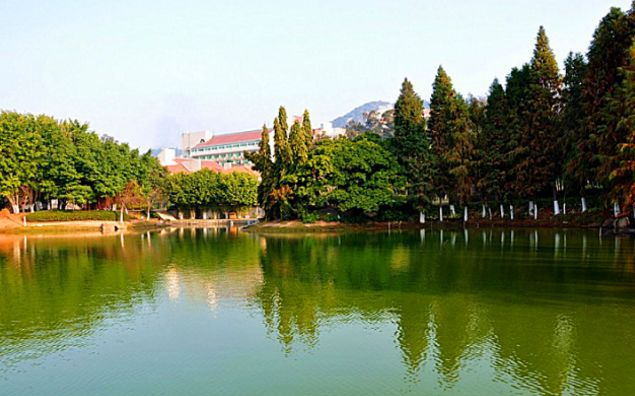 中国最美大学,游客需要刷身份证进去,网友:怪当年没好好读书