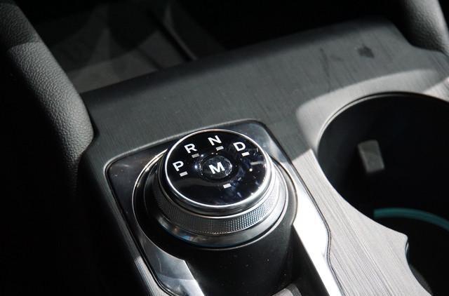 终于没白等!全新福克斯实车亮相,旋扭换挡+8AT,思域紧张了