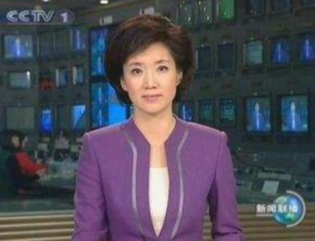 央视主持人为啥一直短发?当她摘掉头套,网友:我要追新闻联播!