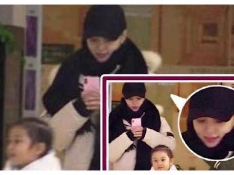 明星接孩子放学:郭晶晶接地气,李小璐只顾玩手机,她阵容还真大