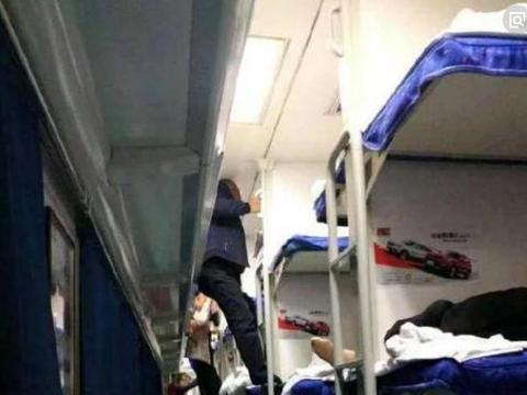 女子独自外出坐火车卧铺,熟睡时被乘务员推醒,起身后愣在原地