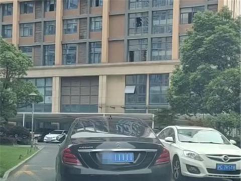 浙江一大佬座驾,迈巴赫S450,车价170万,连块车牌都值200万
