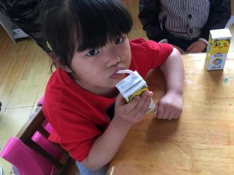 5岁男孩2年没长个,医生摇头:早已进黑名单的牛奶,父母却不知