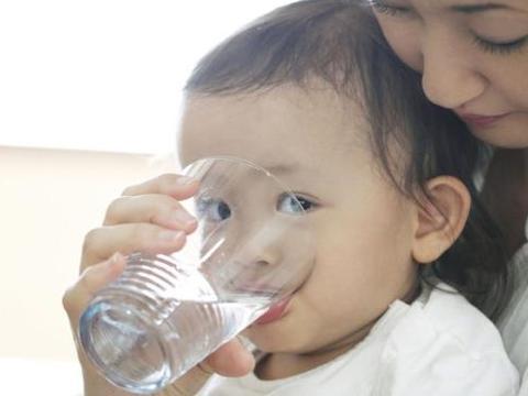 """处暑过后,3个时间别""""强迫""""娃喝水,增加脾胃负担,伤害娃健康"""