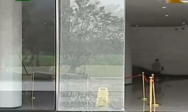 外卖小哥误撞玻璃门,竟被物业索要8500块,网友:你咋不去抢呢?