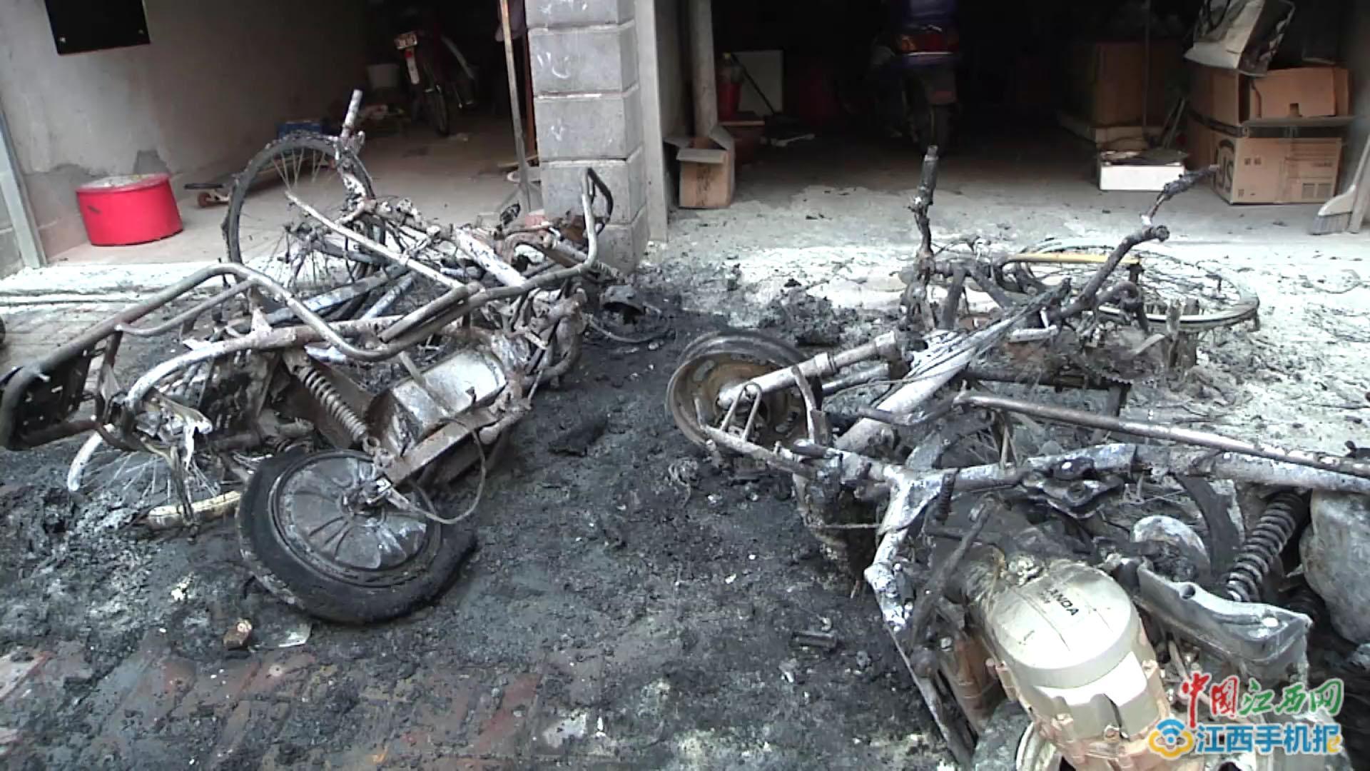 居民给电动车充电,结果引起大火