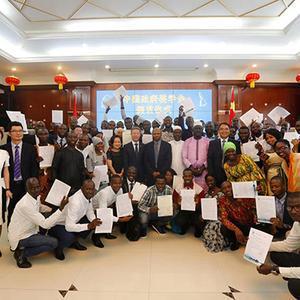 中国驻几内亚使馆举行2019/2020学年度中国政府奖学金颁发仪式