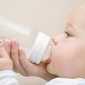 """三岁孩子喝水还用奶瓶,奶奶看到后脱口而出:""""未断奶"""""""