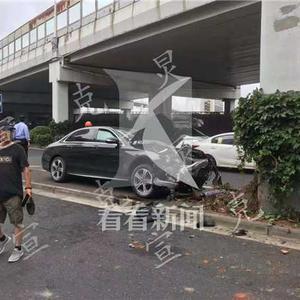 中山南路:奔驰车失控撞高架立柱 一人受伤