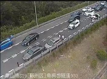 隧道口,一辆私家车起火燃烧!事故发生前,司机……
