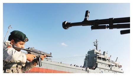 又一艘东方军舰抵达波斯湾,伊朗海军士气大涨,白宫担心一幕发生