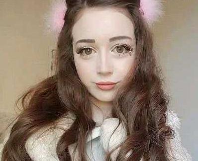 英国漂亮女孩至今没有男友,当她卸妆后男孩们争抢着和她交往!