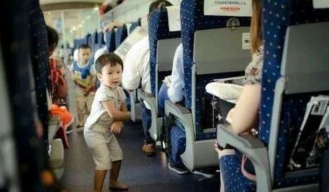 """7岁男孩高铁""""大展身手"""",妈妈:只是个孩子,女孩一句话打脸"""