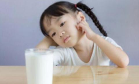 8岁女孩两年不长高,医生:早已进黑名单的牛奶,父母仍不知