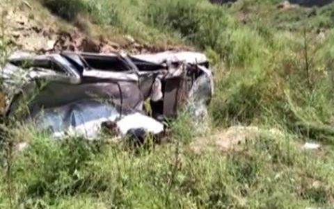 汽车摔入沟谷,司机被困生命垂危,消防战士勇救援助脱险境