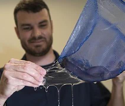 男子在鳗鱼体内发现一种透明液体保护膜, 决定研发新型安全套