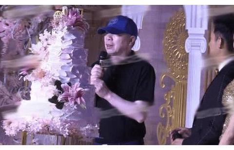55岁朱军出席朱时茂儿子婚宴,全程坐后排,孤独憔悴