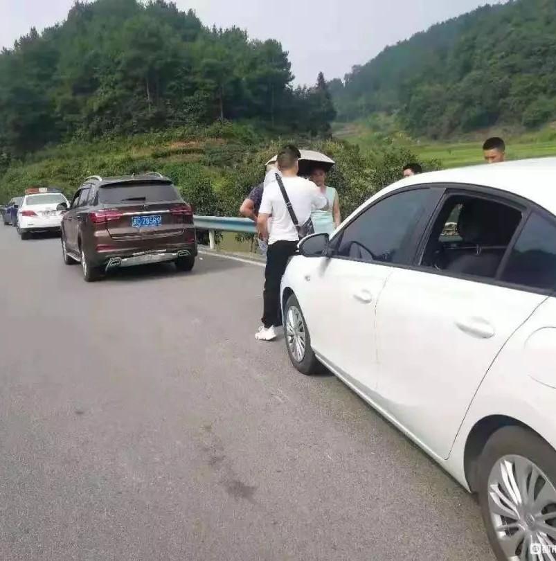遵义女司机无证驾驶被追尾,遭对方天价索赔!女司机:我自首算了