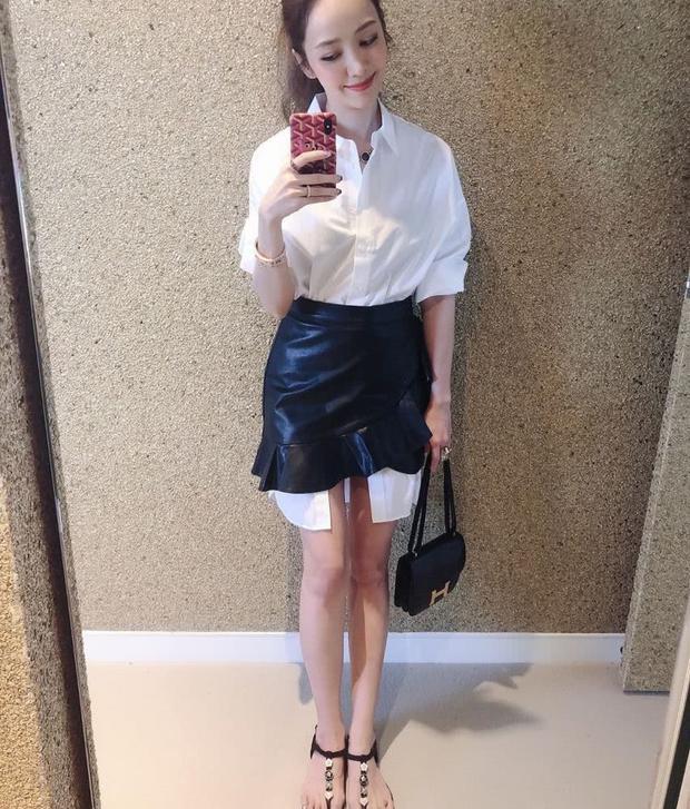 40岁侯佩岑会穿,白色西装配高腰皮裙好飒,165身高穿出两米气场