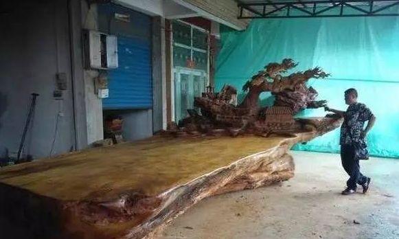 男子意外发现一块阴沉木,弄回家后做成木床,专家看后差点被气晕