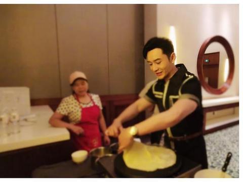 黄晓明回家变身大厨 摊起煎饼全神贯注手法熟练