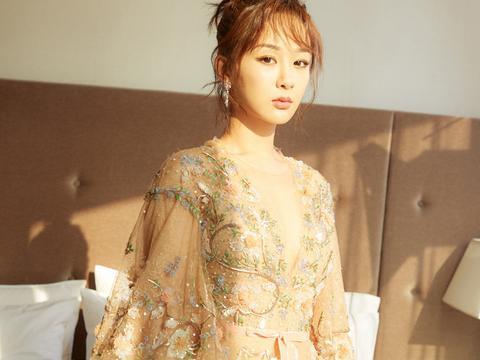 杨紫早前活动照,一袭金色刺绣礼服,华丽大方,微露酥胸,小性感